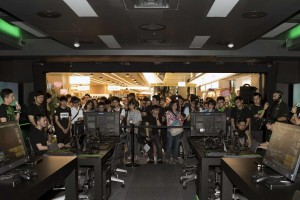 RazerStore_Crowd